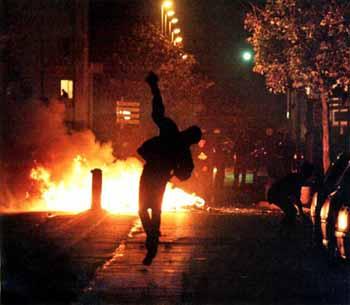 J015_France-riots02