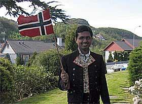innvandrer_med_bunad_og_norsk_flagg_articleimage